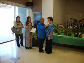 Photo: Hội trưởng Đặng Hoàng Mai trao danh hiệu hội viên vĩnh viễn.