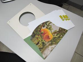 Photo: Pasta para papeis aberta e com folhas timbradas a mostra.
