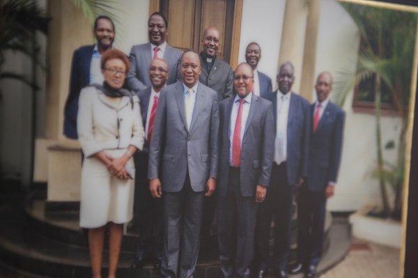 Напротив стола Киару висит особенная фотография: летом 2014 года он и его жена были приглашены на завтрак с президентом Ухуру Кениатой. Перед зданием правительства они сделали памятное фото.