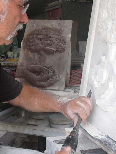 sculpture en bas relief avec esquisse préalable en terre
