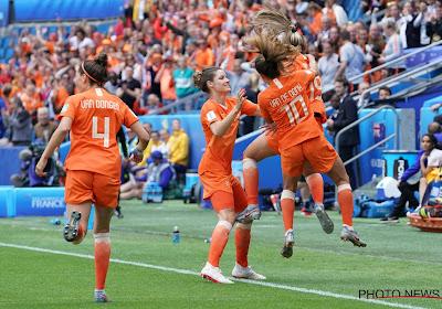 🎥 Absolute Oranjegekte in Frankrijk: meer dan 10.000 fans springen van links naar rechts