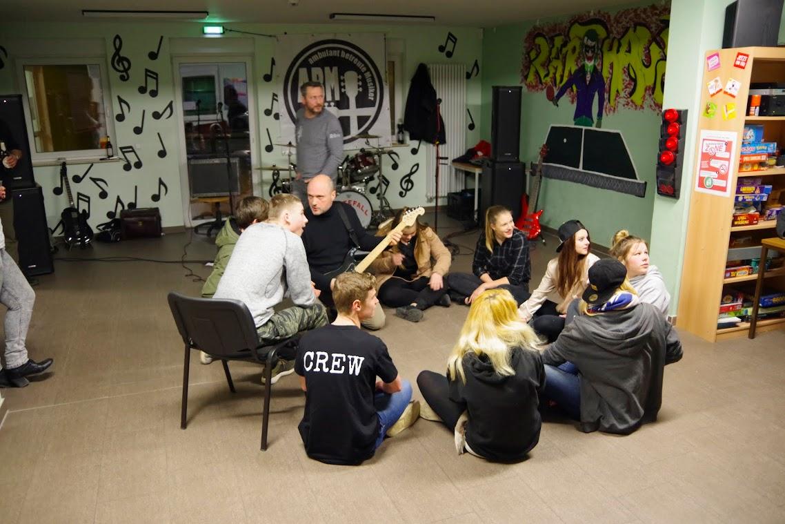 We Will Rock You! Die Jugendliche im Karthausclub verlebten einen musikalischen Abend. Foto: Andreas Schwarze