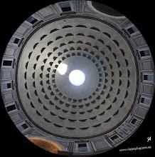 Photo: 3: Aunque en la panorámica no lo parece, la cúpula es una media esfera perfecta y debía reflejar la perfección del Imperio Romano, destinado a durar eternamente. El techo tenía adornos forrados de bronce, que el papa Urbano VIII retiró en el siglo XVII, para fundirlo y realizar el altar de San Pedro, lástima.