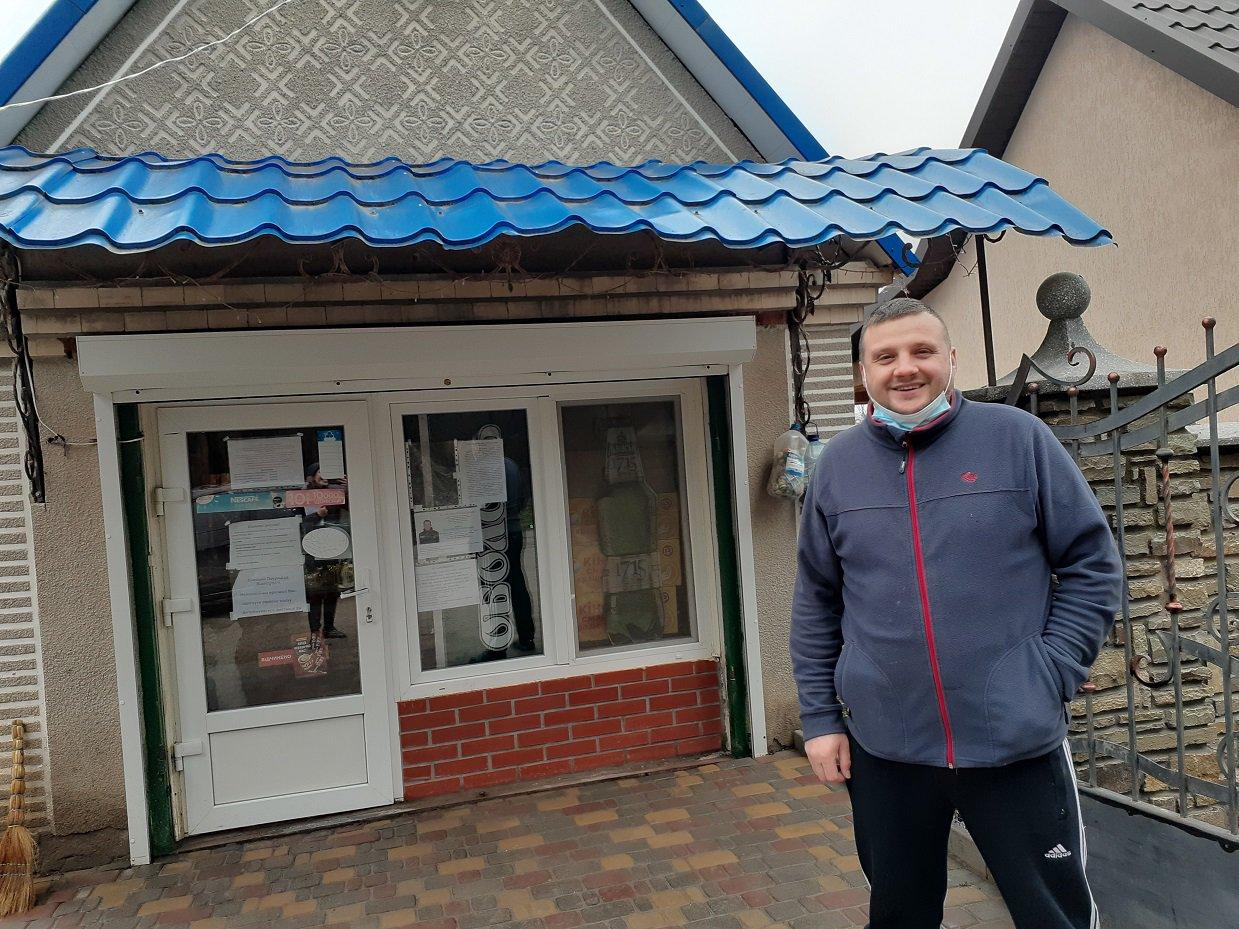 Дмитро Коваль побудував гастрономчик у своєму подвір'ї. Хоч покупців має небагато, але допомагає громаді і фінансами, і парою рук