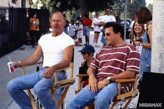 """Photo: Bruce Willis descansa durante um intervalo da cena do """"Gimp"""" em """"Pulp Fiction""""."""