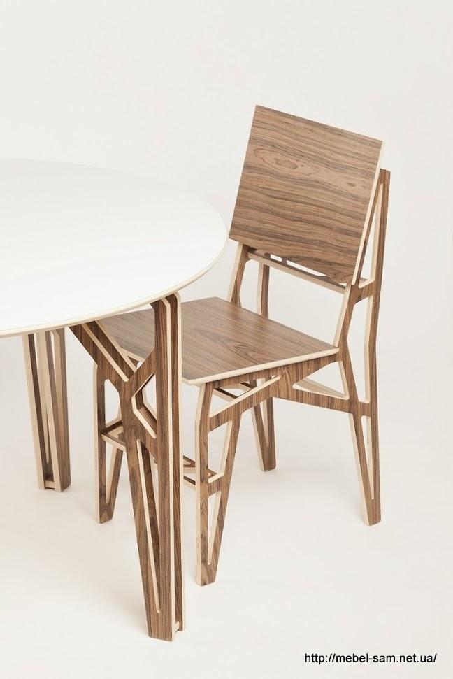 Есть еще вот такой вариант - круглый стол из фанеры