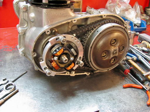 Allumage Electrx Triumph 5TA monté par Machines et Moteurs.