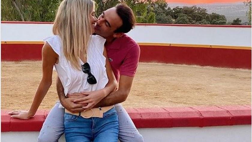 Enrique Ponce en una romántica foto junto a su pareja, la almeriense Ana Soria.