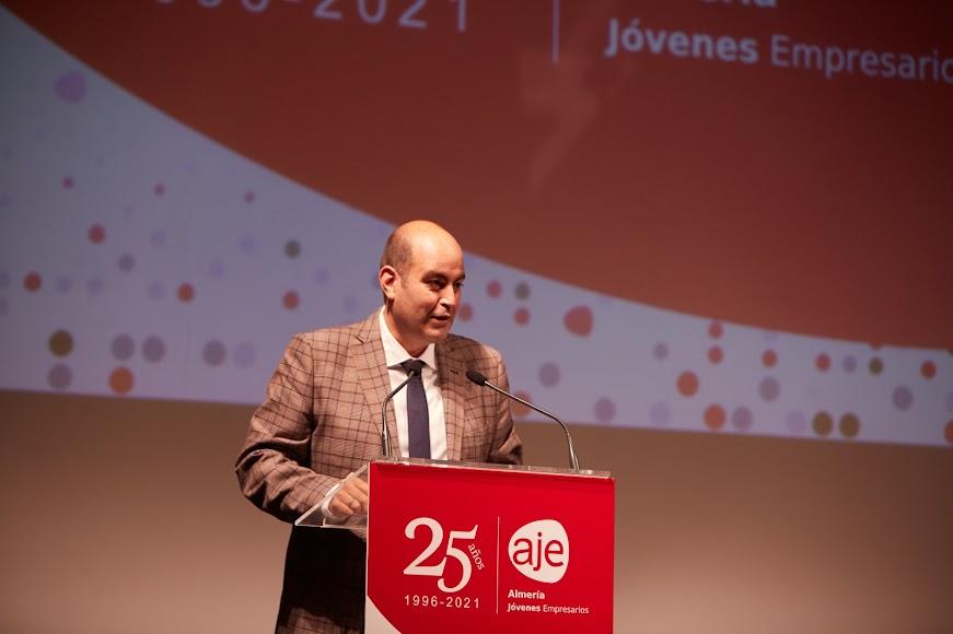 José González clausurando el acto institucional del 25º aniversario de AJE Almería.