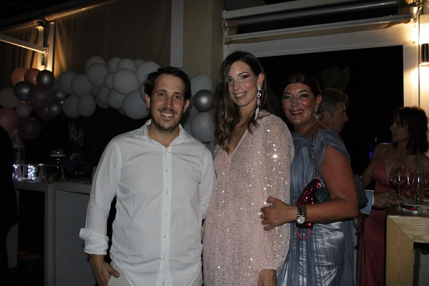 Jara y su madre, Gloria junto al propietario de Maracas.