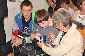 Photo: A fiatalok érdeklődve vizsgálják a fúrókoronát