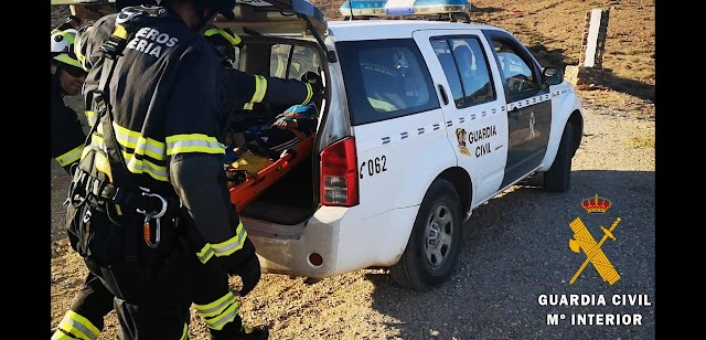 El herido tuvo que ser trasladado en un vehículo oficial de la Guardia Civil hasta la ambulancia.