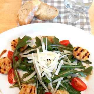 Kartoffel-Knödel Salat mit Rucola und Tomaten