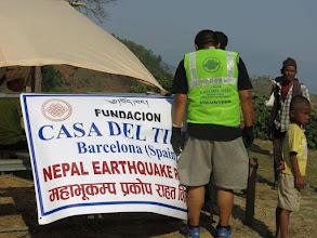 Photo: Voluntarios de la Fundació Casa del Tibet ayudando a las familias afectadas por el terremoto.