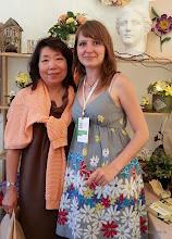Photo: Министр по делам Таиланда (слева) и мастер-инструктор по лепке из глины Deco Надежда Мамаева (справа)