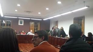 Los concejales del PP levantados momentos antes de abandonar el pleno