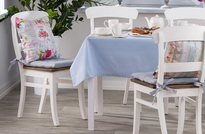 Obraz zawierający podłoże, wewnątrz, stół, krzesło  Opis wygenerowany automatycznie
