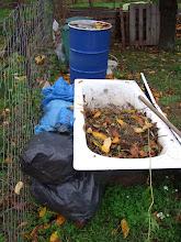 Photo: valamennyit próbálok átteleltetni a kádban. rossz szemetes zsákokkal (ebben kapjuk a szomszédok kerti hulladékát és túl sok összegyűlt már) rakom körbe és figyelem majd, hogy mennyire tudja szigetelni a kádat.