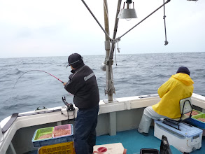 Photo: タムラさんは、ずっと釣ってます。