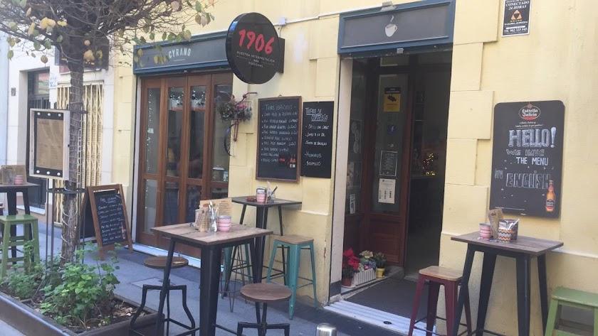 La entrada a café Cyrano, en Méndez Núñez.