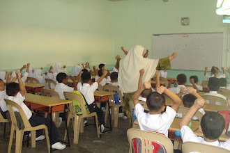 Photo: Guru dan pelajar mula berinteraksi di hari pertama.