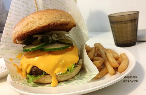 樂檸漢堡(文雅店)。下巴脫臼式漢堡,和其他樂檸的漢堡不太一樣喔!
