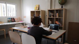 Un niño usa un ordenador para hacer ejercicios escolares.