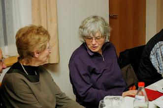 Photo: Christa Baschong (l) und Therese Dettwiler im Gespräch