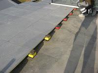 chinese graniet op dakterras geplaatst met gummi blocks