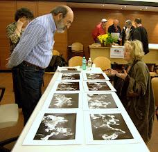 Photo: Paolo CARTAGINE legge il portfolio di Olga MICOL