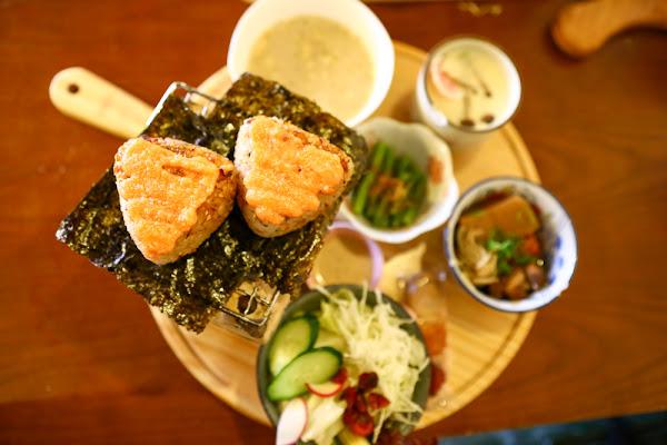 宜蘭羅東美食、友善寵物餐廳|日暮和風洋食館。日式飯糰早午餐、定食!還有網美花牆呢!