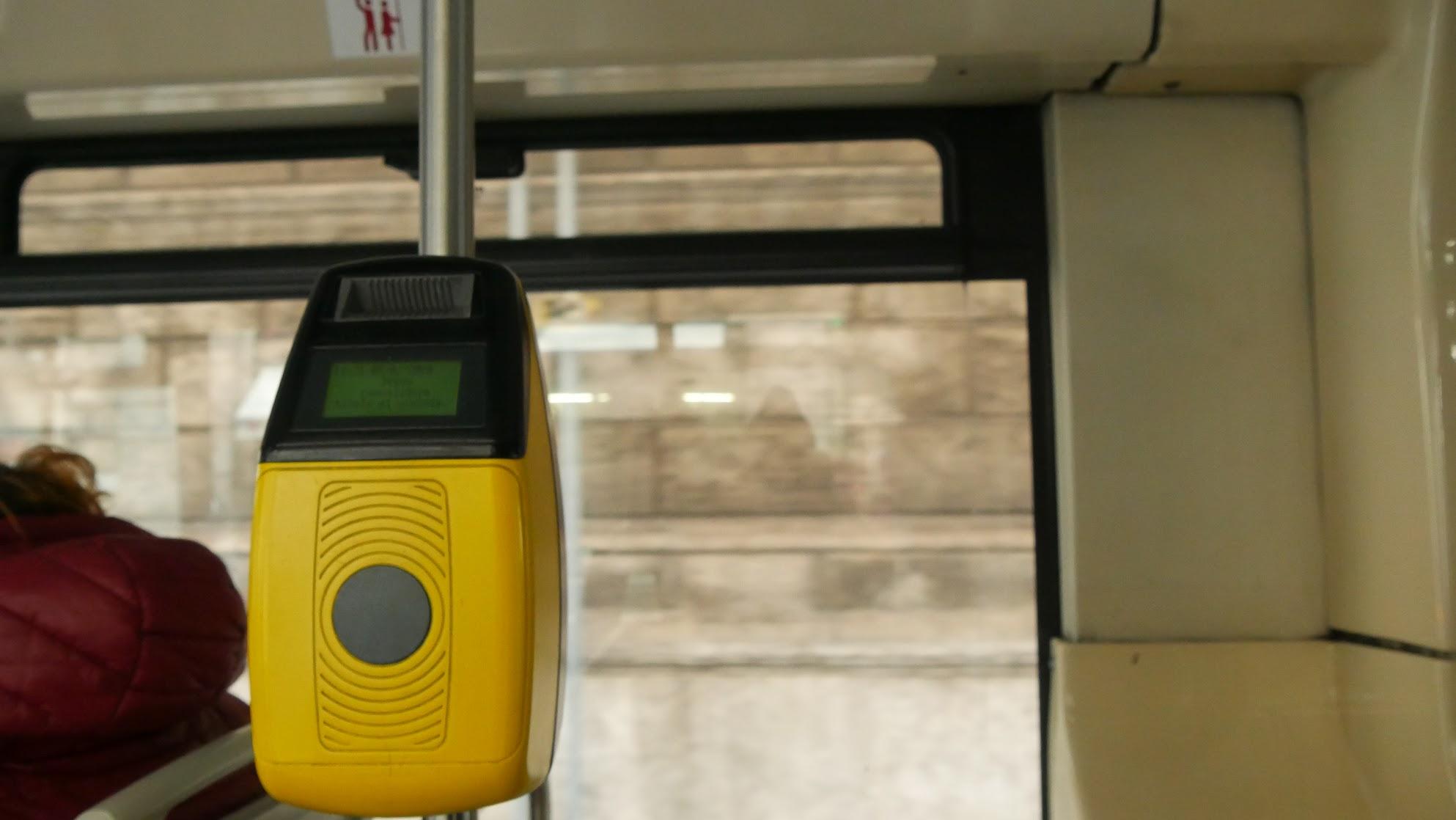 ローマのバスの車中