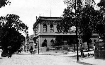 Photo: Prédio do antigo Fórum, hoje desativado, mas ainda de pé. Note as ruas ainda sem calçamento. Foto do final do século XIX, início do XX