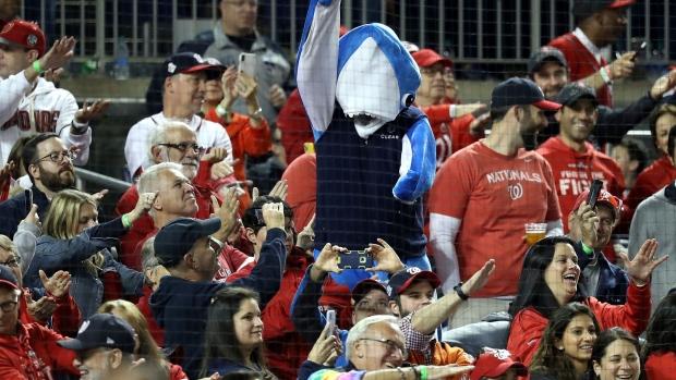 washington-nationals-fans-jam-to-baby-shark