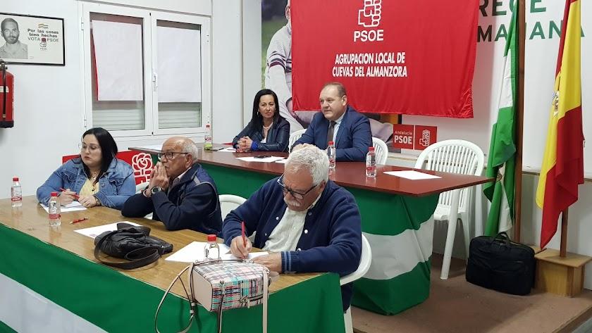 Al fondo, el candidato y alcalde del PSOE, Antonio Fernández.