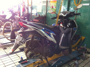 Photo: Revisión de la moto antes de empezar el road-trip.