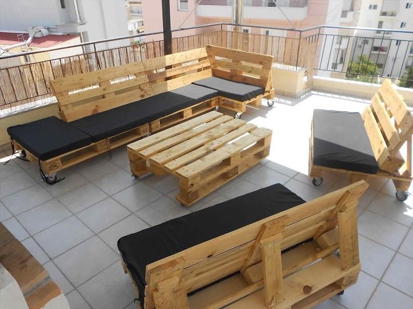 Z palet można wykonać kanapy o różnej długości