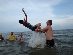 Photo: Fun, fun, fun time! boys were queuing up to jump out of the water!  เล่นกระโดดน้ำกับพี่เลเล่