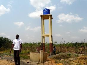 Photo: des donateurs étrangers leur ont permis de construire des abris pour les récoltes et le repos, et un puits avec pompe alimente chaque parcelle de légumes variés qui nourrissent en partie les malades.
