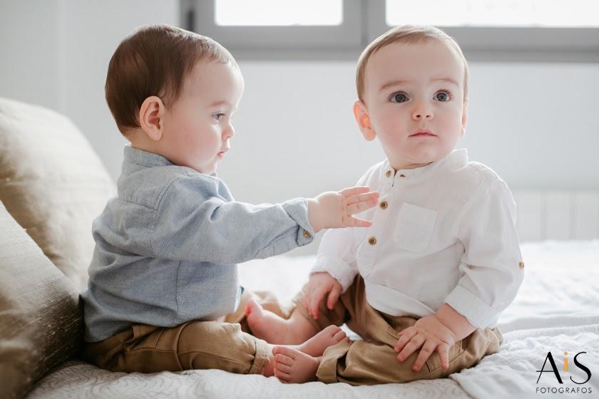 Reportaje de fotos de gemelos en casa