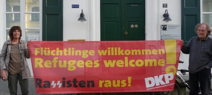Transparent: «Flüchtlnge willkommen, Rassisten raus! DKP».