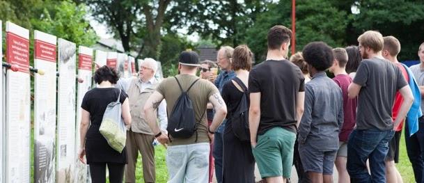 Interessierte Zuhörer im Gelände.