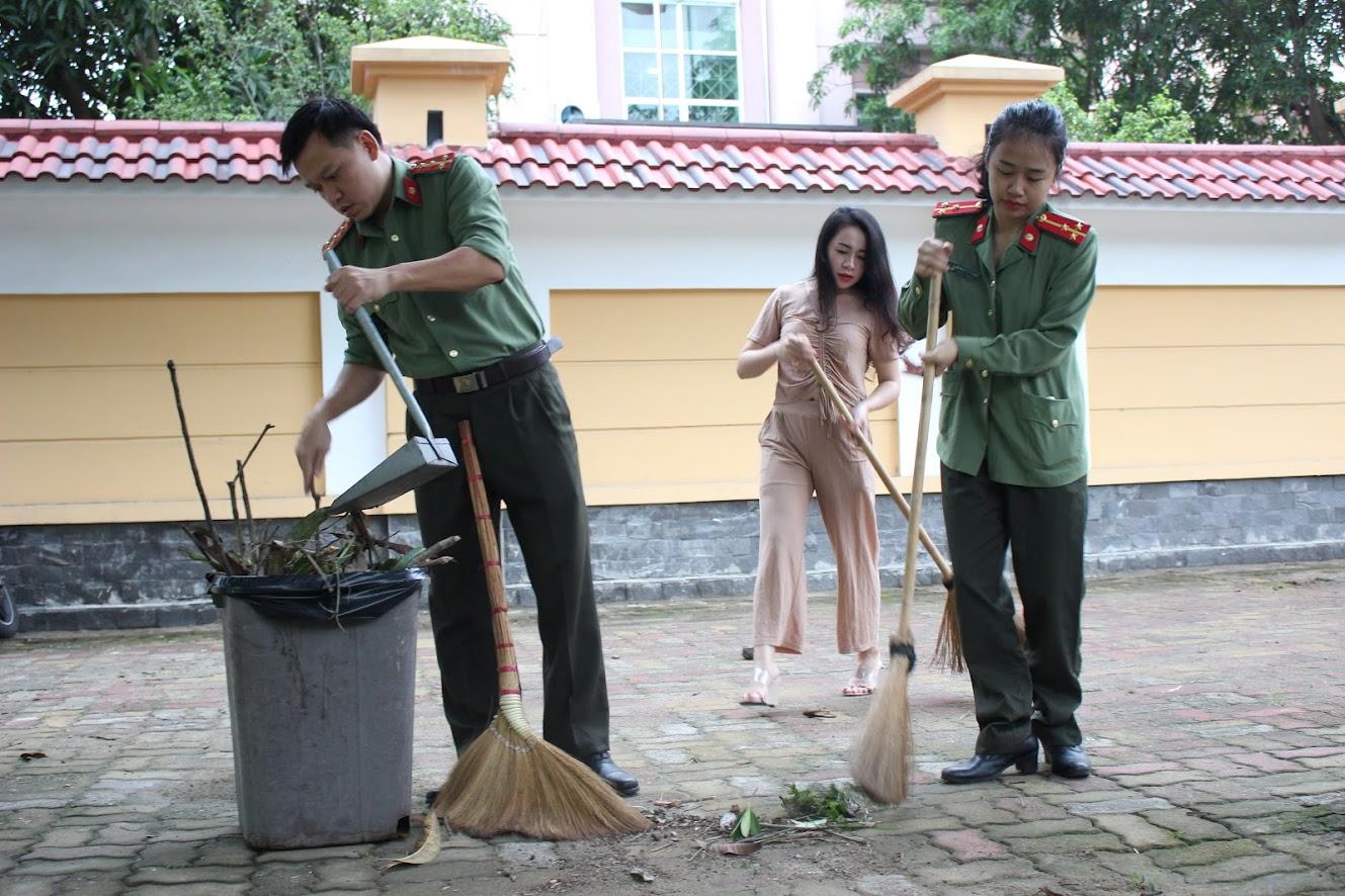 Các đoàn viên thanh niên dọn vệ sinh từ sáng sớm