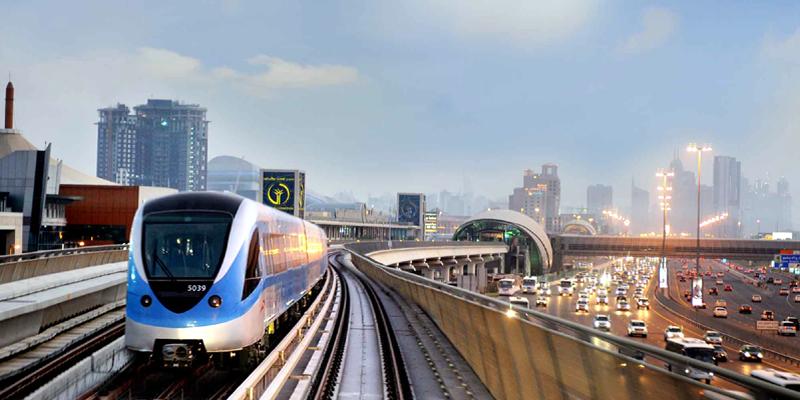 Dubai Metro là phương tiện di chuyển nhanh nhất và rẻ nhất đến bất kì nơi đâu trong Dubai. Với thời gian xây dựng kỉ lục – 18 tháng, Dubai Metro còn làm hài lòng du khách bởi sự thoải mái mặc dù mang cấu trúc khá rắc rối. Một điểm cộng lớn cho Dubai Metro nữa là các ga của nó đều rất gần với những điểm tham quan nổi tiếng. (Ảnh: Internet)