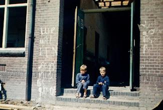 Photo: Jan Witting (zoon van Hendrik en Trineke)en Adriaan van Wezep (zoon van dominee Van Wezep) Ze zitten op de stoep van de lagere school in Eext.