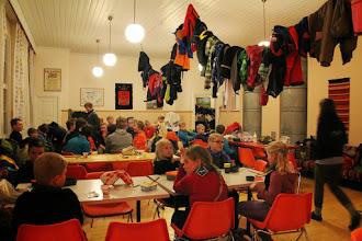 Photo: Taas ollaan syömässä, huomatkaa kattotilan hyödyntäminen vaatteiden kuivatuksessa.