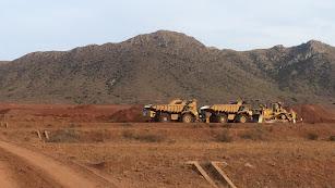 Fotografía de las máquinas trabajando en la explanación de El Cambronero facilitada por el GEM