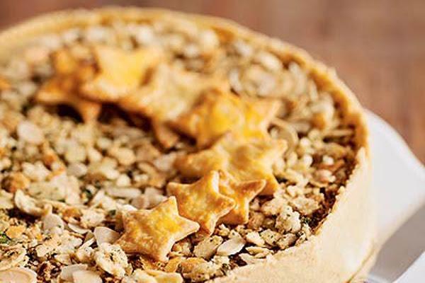 Torta Aberta de Bacalhau com Farofa Crocante e Pão de Amêndoas