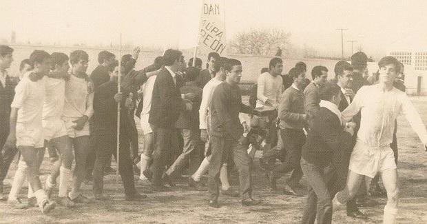 Jugadores y aficionados celebran en el terreno de juego el título conquistado en el año 1967.