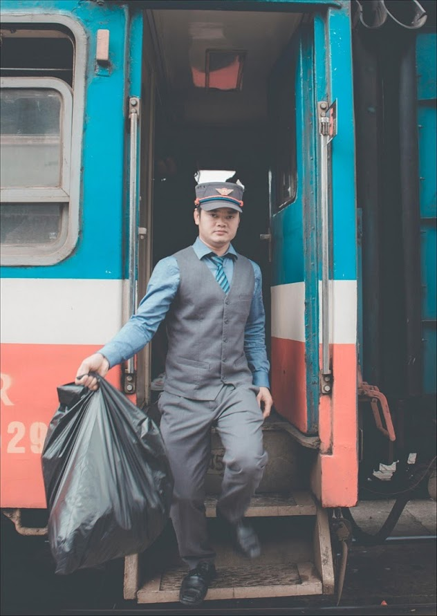 Một nhân viên trên tàu SE2 dừng tại thành phố Nha Trang.